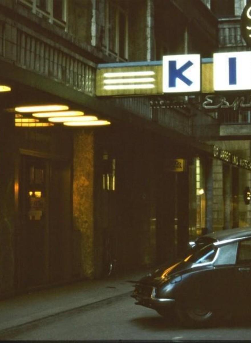 """""""Mad Max"""", """"Tureckie owoce"""" i gorące kiełbaski: zdjęcia wiedeńskich kin z lat 80."""