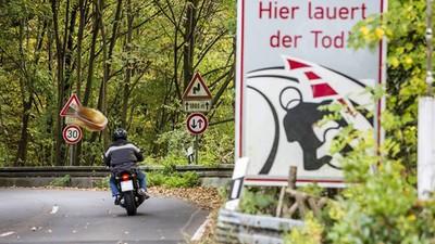 Rollerfahrer wird von Fleischkäsebrötchen getroffen, landet im Krankenhaus