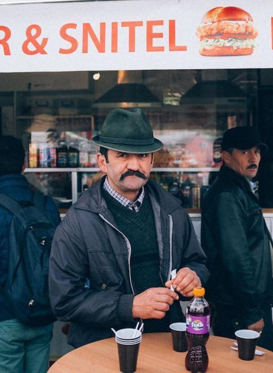 Farverige billeder fra et kæmpe loppemarked i Rumænien