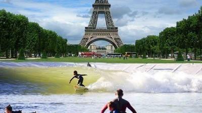 Les surfeurs parisiens attendent la vague artificielle