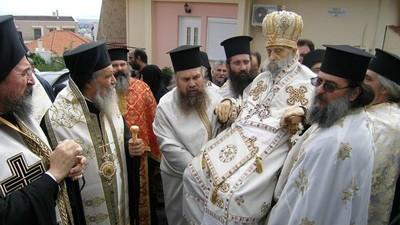 Frate, trebuie să-l vezi pe preotul ăsta mort cum se plimbă pe străzile Greciei