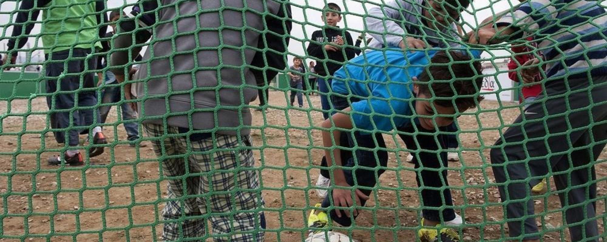 Fotografii de la meciul de fotbal dintre refugiații și homleșii din Grecia