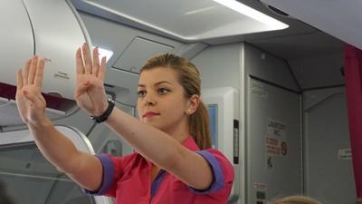 Poveștile stewardeselor din România: pasageri aberanți, sex în toaleta avionului și aplauze la aterizare