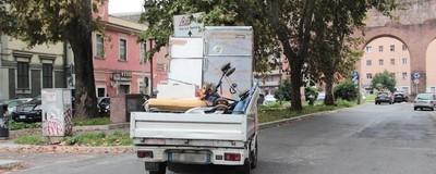 Un'indagine fotografica sui frigo e i rifiuti ingombranti di Roma