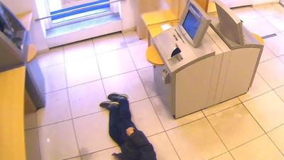 Bankkunden lassen Mann auf dem Boden krepieren und heben auch noch Geld ab
