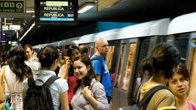 Am stat o zi cu bodyguarzii bucureșteni de la metrou ca să văd cum rezistă la plictiseală