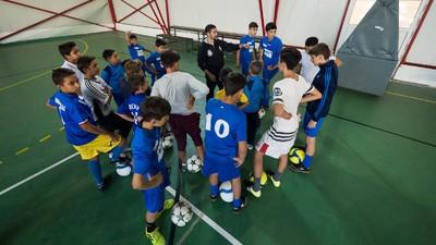 Romii ăștia din Ferentari se bat cu rasismul și corupția din fotbalul românesc cu mingea la picior