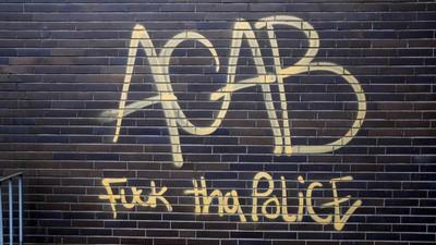 50 testosterongeladene Jugendliche legen sich mit einer Polizeistreife in München an