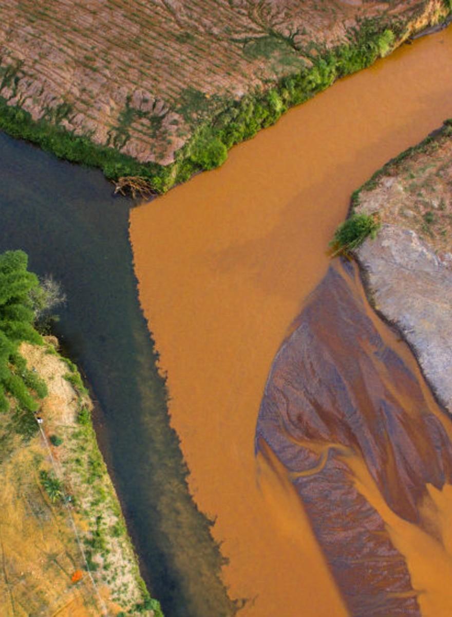 Um ano depois, a poluição no Rio Gualaxo do Norte
