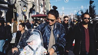 Met je kind door het overvolle Amsterdam manoeuvreren is bijna onmogelijk