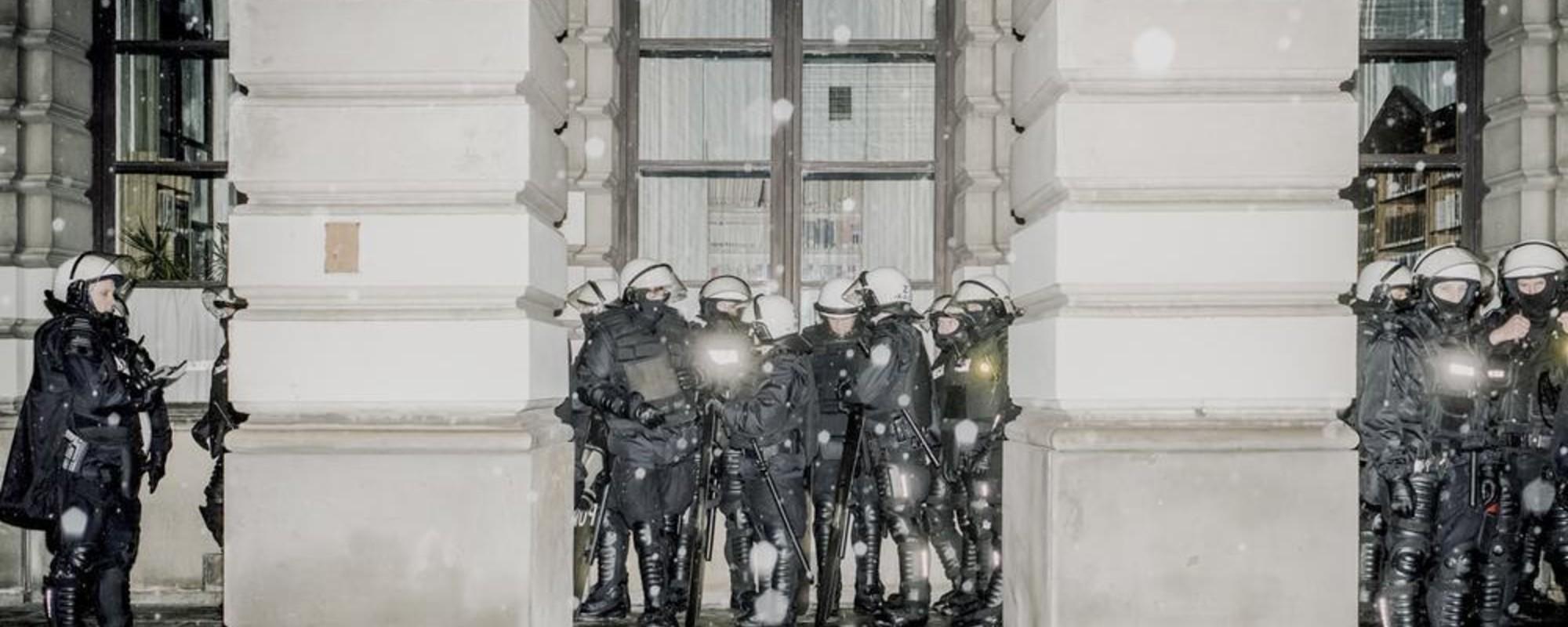 Fotografii cu jandarmi polonezi plictisiți și înghețați de frig