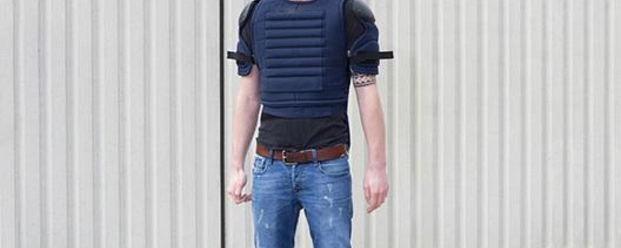 Foto's van knuppelende ME'ers en brullende relschoppers bij politietrainingen