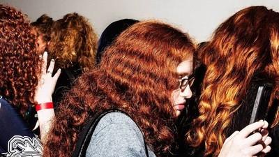 Foto's van online subculturen die elkaar in het echte leven ontmoeten