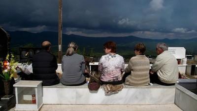 Los griegos que hacen picnics sobre las tumbas de sus seres queridos