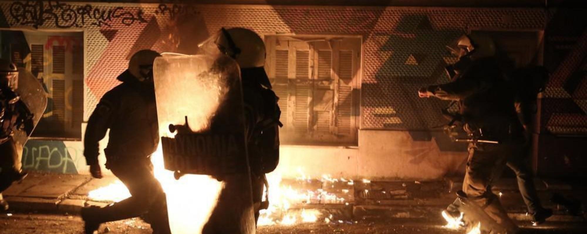 Grecii l-au întâmpinat pe Obama cu gaze lacrimogene și cocktailuri molotov