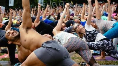 Cómo hacer yoga en festivales de música puede cambiar la manera en que sales de fiesta
