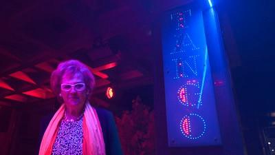 Salí de fiesta con mi vecina de 67 años para ver cómo se divierten las personas mayores
