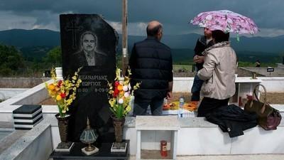 Los griegos que hacen pícnics sobre las tumbas de sus seres queridos