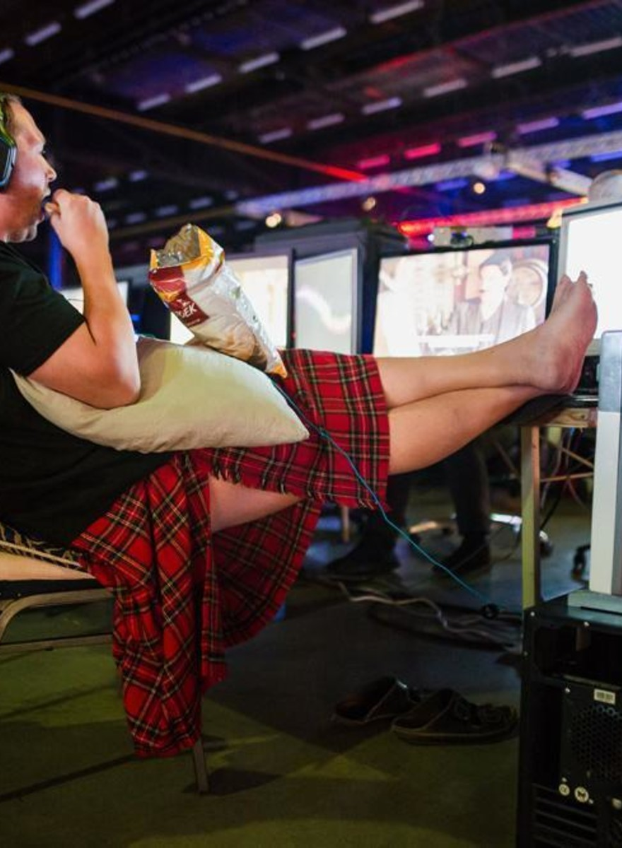 Fotos de gamers cochilando numa gigantesca LAN party na Holanda