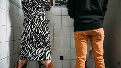 Fotografii cu panica pe care o simt transsexualii în toalete publice
