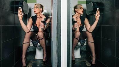 Fotos de personas trans que enfrentan el miedo y la ansiedad de ir al baño