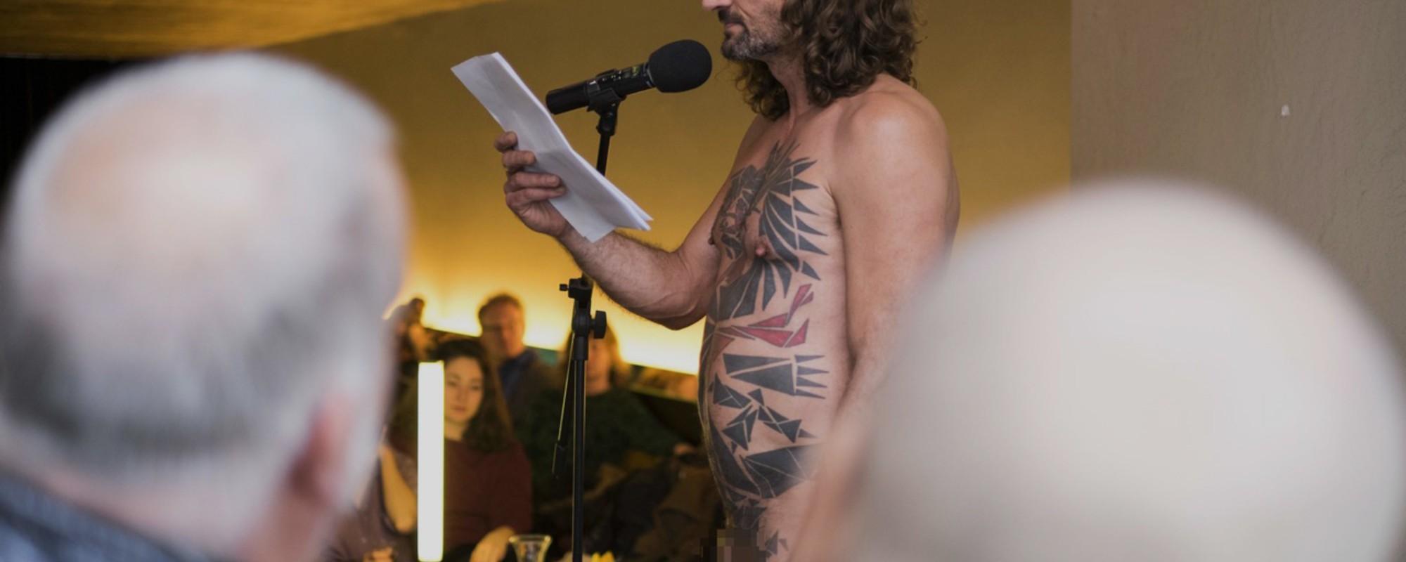 Fotos von Nackten, die an einem Zürcher Brunch vorlesen
