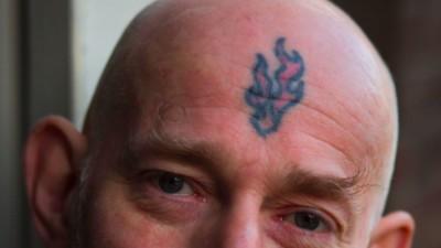 Tien dingen die je altijd al wilde vragen aan iemand met een tattoo op z'n gezicht