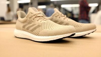 Noii Adidas sunt făcuți dintr-o pânză de păianjen creată-n laborator