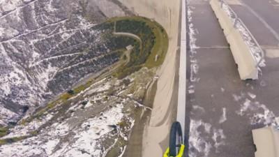 Un pirado hace trial en una presa de 200 metros