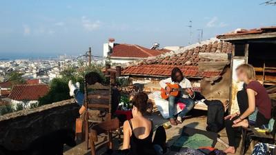 Kiffen, Ouzo, Flüchtlinge: Zu Besuch bei Hausbesetzern in Griechenland