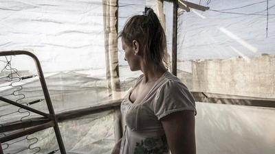 Molestie, pomodori e caporalato: le vite delle migranti che lavorano nei campi in Italia