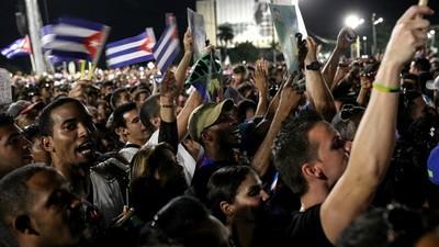Foto dell'addio dei cubani a Fidel Castro in Plaza de la Revolución