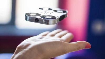 Το Mικροσκοπικό Drone που Απειλεί τα Selfie Sticks