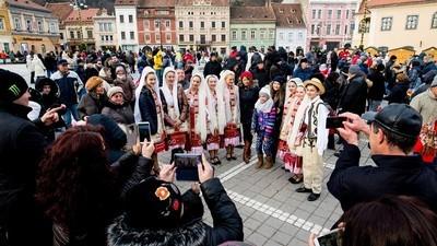 Imagini cu românii care fotografiază petrecerea de 1 Decembrie
