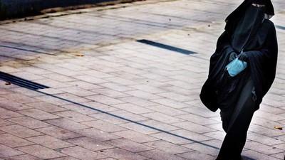 Olandezii vor să le interzică femeilor musulmane să mai poarte văl în public