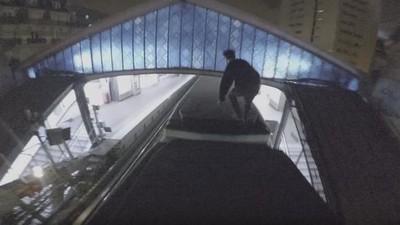 Un chalado hace parkour sobre un tren en marcha