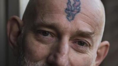 Diez preguntas que siempre quisiste hacerle a una persona con un tatuaje en la cara