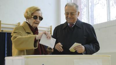 Fotografiile astea îți arată cum Iliescu a votat (și încă votează) de la începuturile TIMPULUI