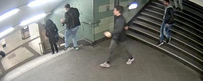 Mann tritt eine Frau die Treppe runter – Polizei fahndet jetzt öffentlich