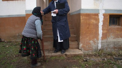 Am urmărit un preot ortodox și unul catolic, să văd cum se sfințesc casele și vilele din România