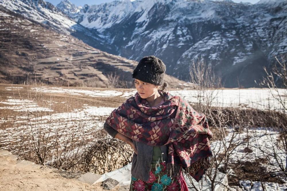H 17χρονη Romali στέκεται στην ταράτσα του goth.