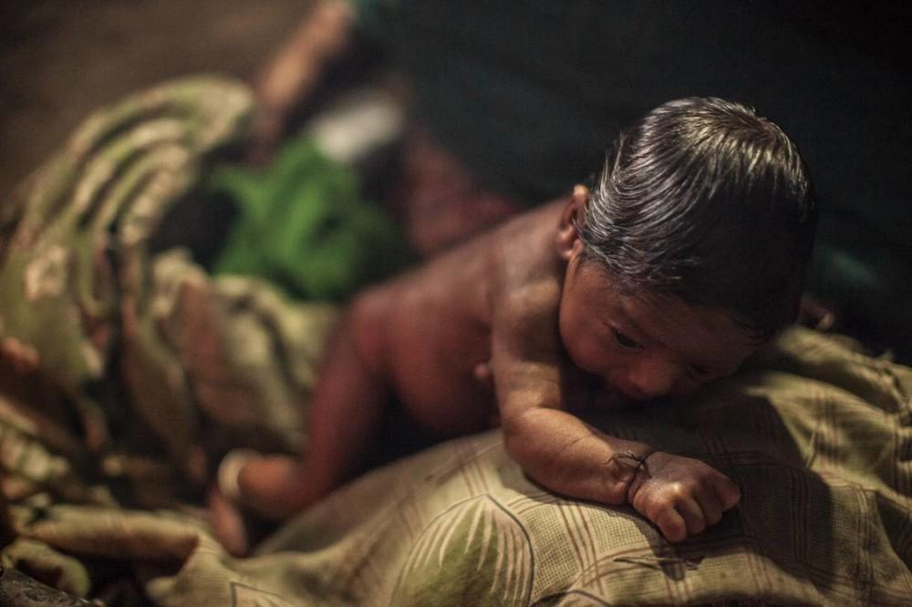Ο γιος της Laxmi είναι πέντε ημερών.   Τόσο εκείνη όσο και το μωρό της θα πρέπει   να περάσουν τις επόμενες 15 ημέρες στο goth.
