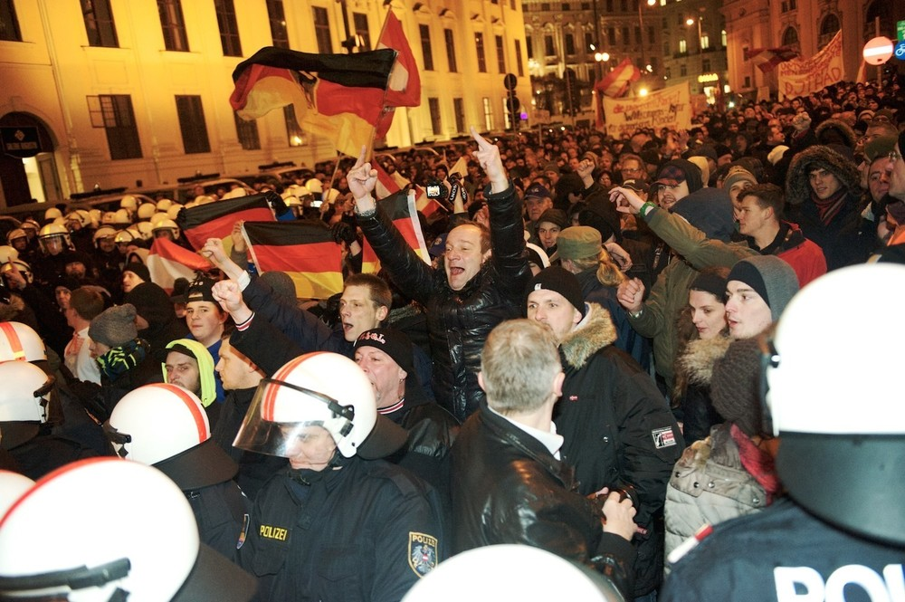 https://vice-images.vice.com/images/content-images/2015/02/03/pegida-fotos-wien-928-body-image-1422973542.jpg?resize=1000:*&output-quality=75
