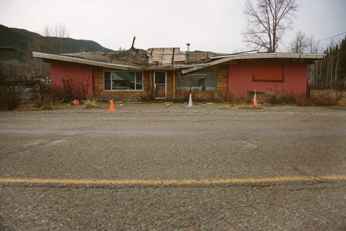 Bangunan rusak di sebuah kota tambang British Columbia