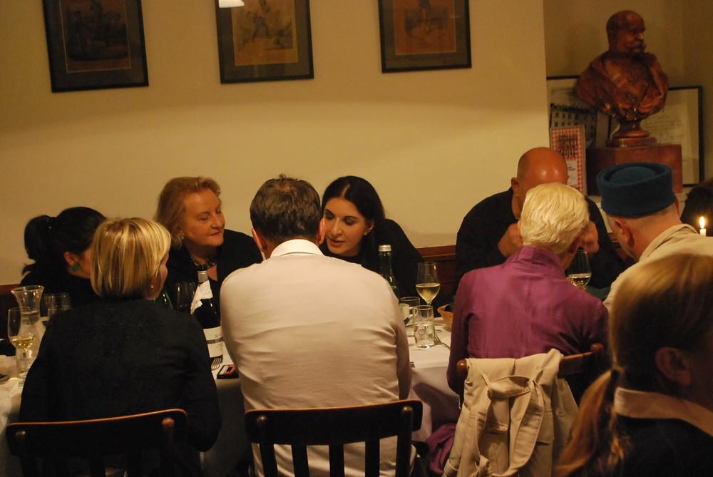 Marina Abramović im Restaurant Zu den 3 Hacken in Wien