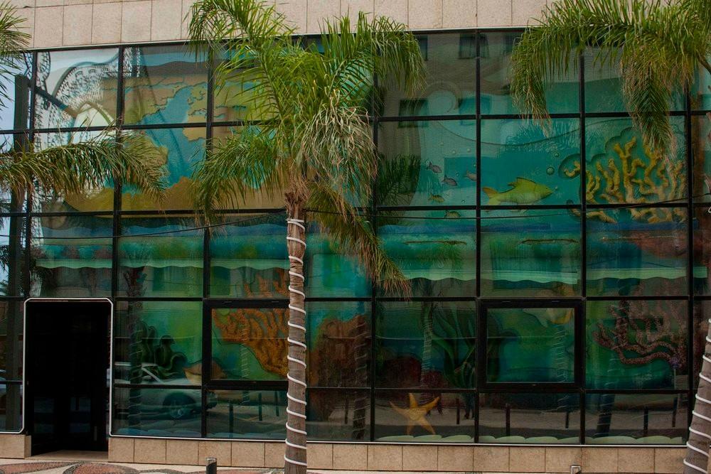 En Marina D'Or, vayas por donde vayas, las paredes siempre son así. Para que no te olvides de que nuestro plano de existencia es en realidad un Chiquipark.