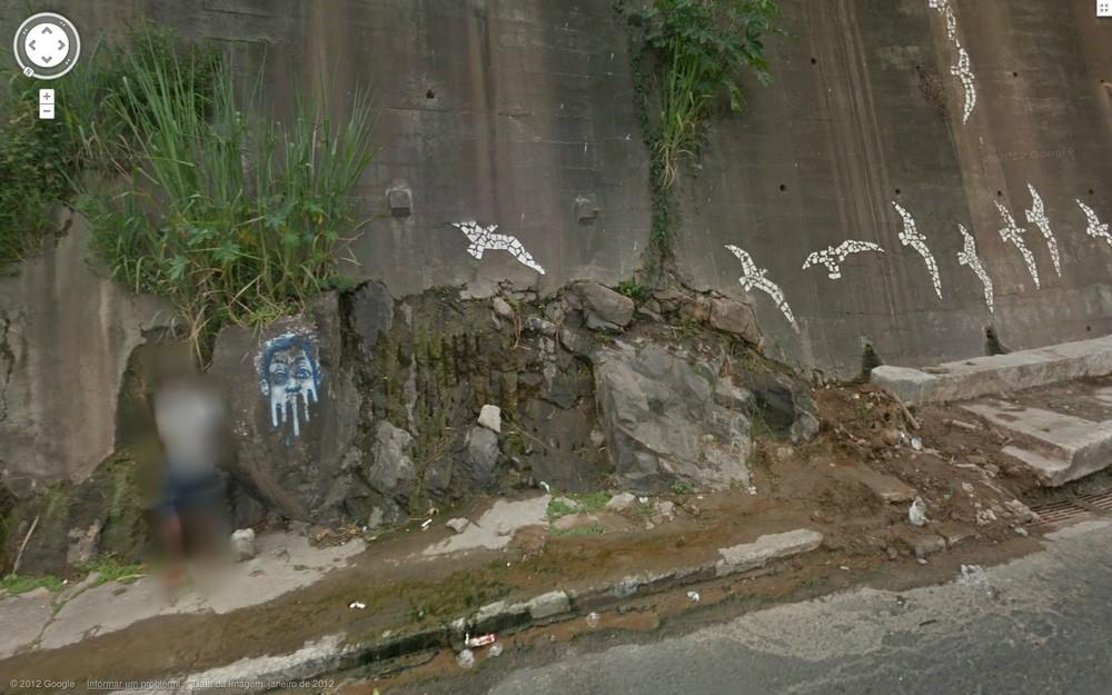Aqui jaz um mijão. Homem teve imagem borrada pelo Google após virar capa de jornal baiano.