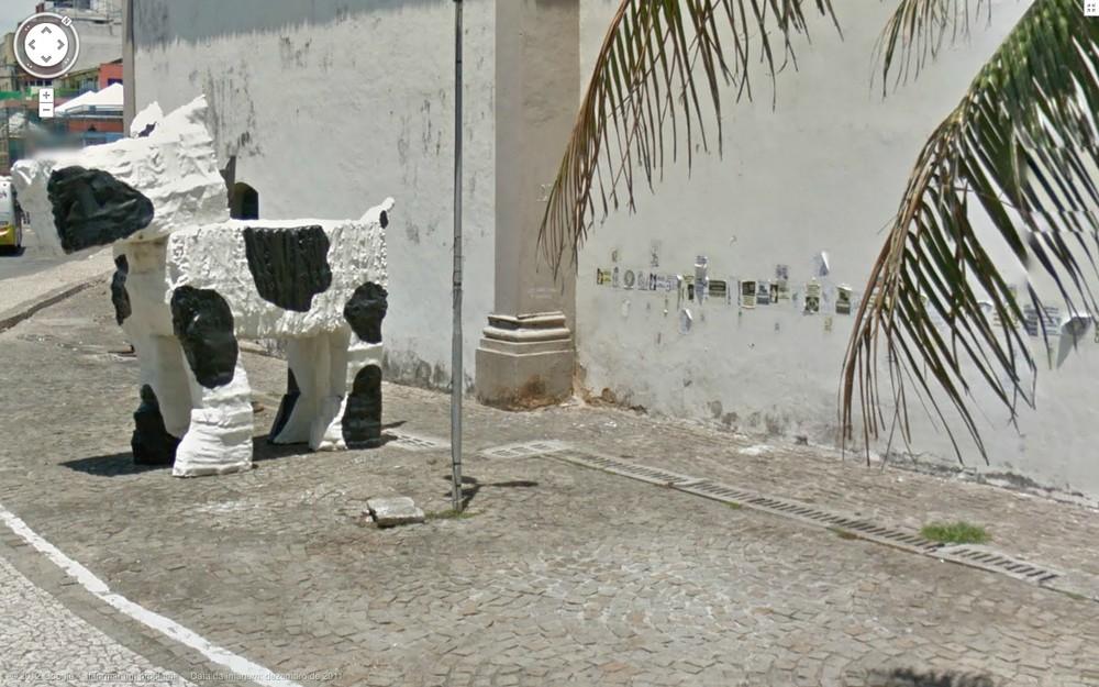 A instalação de um cachorro nos fundos da Igreja de Santana é lúcida: ali atrás, toda a fauna do rock and roll mija pra demarcar seu território na noite soteropolitana. E a parede da igreja fica esburacada pela urina de tantos anticristos.