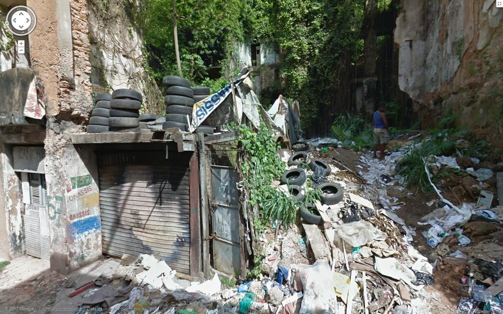 O rastro deixa claro que mais gente não se incomoda de subir em uma montanha de lixo pra se aliviar.