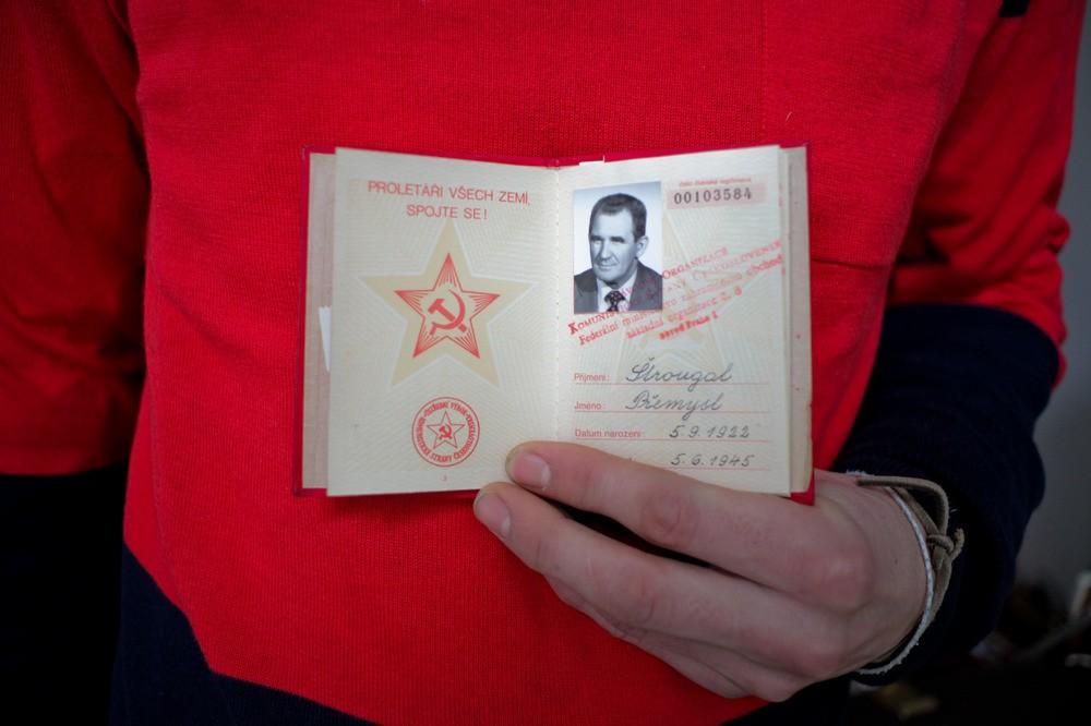 Členská legitimace KSČ z let 1980 - 1992 na mém červeném svetru